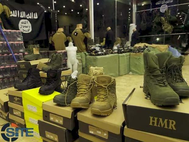 Botas de guerra são alguns dos itens vendidos em loja do Estado Islâmico em Mosul (Foto: Reprodução/ Twitter/ Rita Katz)