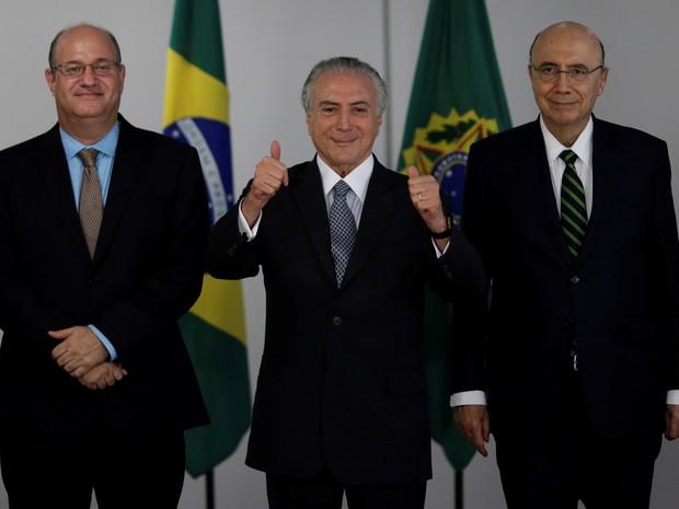 O presidente em exercício Michel Temer (centro), o ministro da Fazenda Henrique Meirelles (diraita) e Ilan Goldfajn (esquerda), presidente nomeado para o Banco Central, posam para os fotógrafos durante uma reunião no Palácio do Planalto, em Brasília  (Foto: Ueslei Marcelino/Reuters)