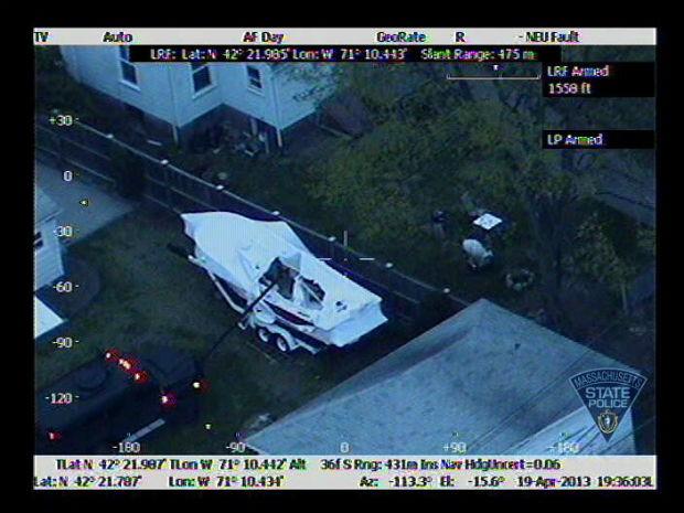 Imagem divulgada pela polícia mostra o suspeito escondido dentro de barco (Foto: Massachusetts State Police/AP)