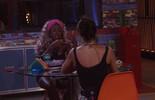 Adélia brinca com Juliana sobre interesse de Renan e canta: 'Está apaixonado'