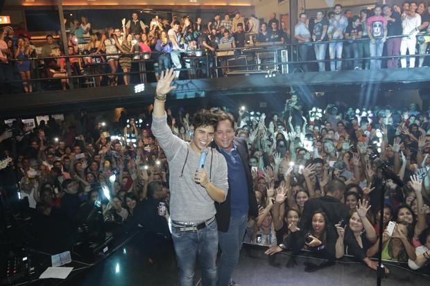 Leonardo e o filho Zé Felipe cantam juntos em show de São Paulo (Foto: Fred Pontes/Divulgação)