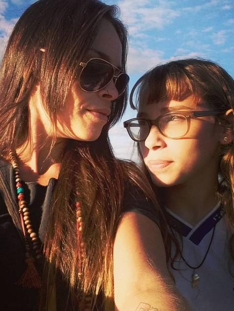 Gisele Frade e a filha mais velha, Lolita Flor (Foto: Reprodução)