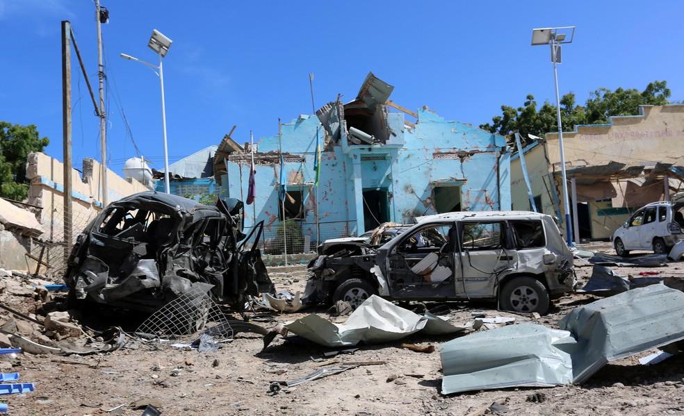 Cena de atentado contra prédio do governo da Somália (Foto: Reuters/Stringer)