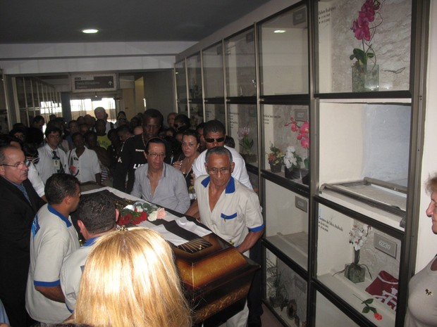 Corpo de Emílio Santiago é enterrado no Cemitério Memorial do Carmo, no Rio de Janeiro (Foto: Cristiane Cardoso/G1)