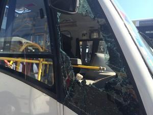 Janela de ônibus da Viação Jabour foi quebrada na garagem da empresa (Foto: Daniel Silveira/G1)