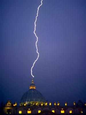 Fotógrafo registra o momento exato em que um raio atingiu a cúpula da Basílica de São Pedro, no Vaticano, horas depois de o Papa Bento XVI ter anunciado que irá renunciar ao pontificado.. (Foto: Filippo Monteforte/AFP)