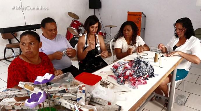 Em projeto social, mulheres aprendem a fazer artesanato (Foto: reprodução EPTV)
