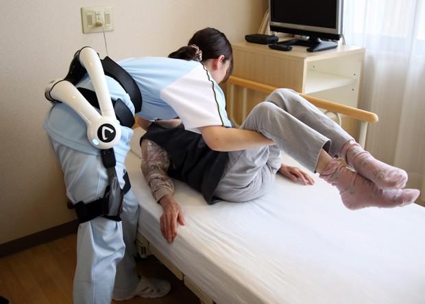 Traje robótico ajuda cuidadores a levantar pacientes em casas de repouso no Japão (Foto: AFP Photo/Yoshikazu Tsuno)