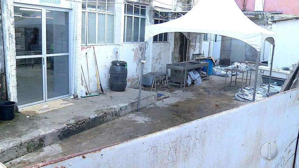 Corpos expostos no pátio do Itep chamou a atenção dos peritos  (Foto: Reprodução/Inter TV Cabugi)