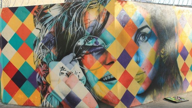 Mortas tragicamente aos 27 anos, Janis Joplin e Amy Winehouse foram homenageadas na obra de Kobra (Foto: Charles Humpreys/BBC)