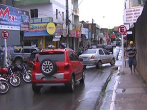 Um quarteirãorecebeu nesta terça-feira (1) placas identificando que é proibido estacionar (Foto: Reprodução/TV Tapajós)