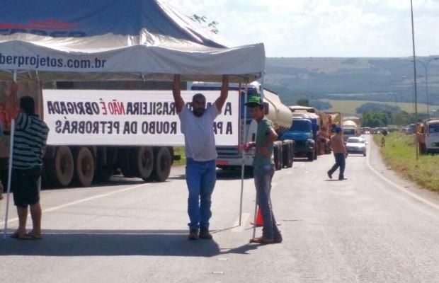 BR-364 é bloqueada por caminhoneiros em Jataí, Goiás (Foto: Divulgação/PRF)
