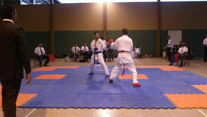 Disputa do kumite adulto entre amapaense e karateca da guiana (Foto: Geyse Arruda/Arquivo Pessoal)