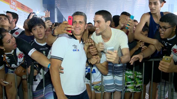 Técnico Jorginho tira fotos com os torcedores do Vasco, em Vitória (Foto: Reprodução/TV Gazeta)