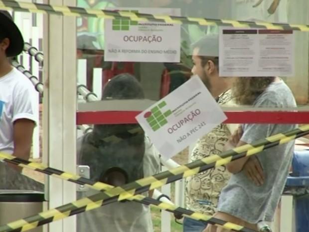 Alunos ocupam IFG de Anápolis contra a PEC 241 e reforma do ensino médio Goiás (Foto: Reprodução/TV Anhanguera)