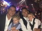 Ganso e Neymar posam com os filhos, Enrico e Davi Lucca: fofos!