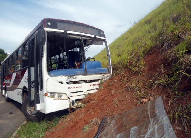 Veículo invadiu a contramão e bateu de frente com ônibus (Foto: Cristiano Siqueira/ São Lourenço Jornal )