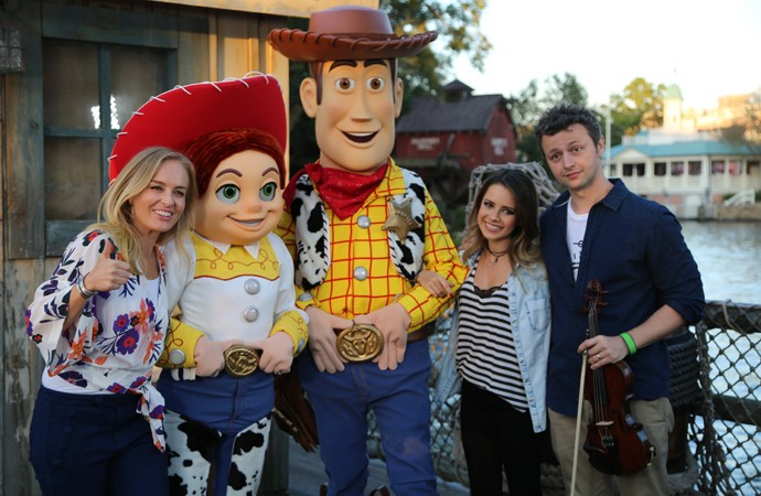 Angélica, Sandy e Lucas com Jessie e Woody, personagens de Toy Story (Foto: Thiago Fontolan/Gshow)