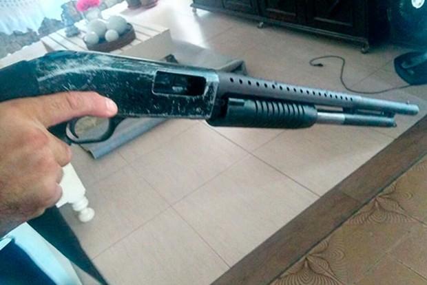 Carregada, a arma que estava com o suspeito baleado foi apreendida. (Foto: PM/Divulgação)