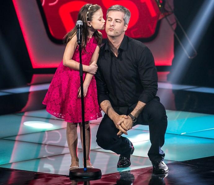Rafa Gomes dá beijinho em Victor (Foto: Isabella Pinheiro/Gshow)
