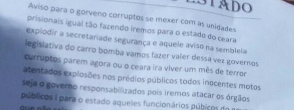 Carta deixada em local de ataque a ônibus em Fortaleza  nesta quarta cita transferências de presos (Foto: Anézia Gomes/TV Verdes Mares)