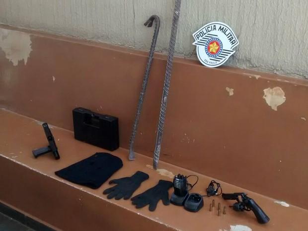 Polícia também aprendeu armas e outros objetos em casa de suspeitos (Foto: PM/Divulgação)