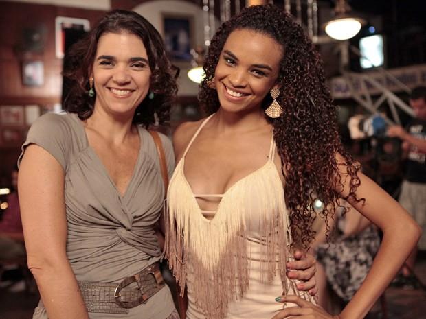 Lucy Ramos e Soalnge Badim fazem pose durante gravação na gafieira (Foto: Salve Jorge/TV Globo)