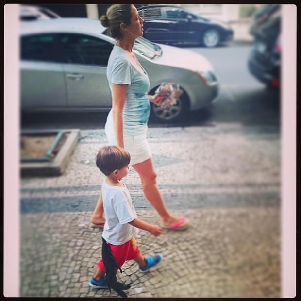 Grávida, Luana Piovani passeia com o filho Dom (Foto: Reprodução/Instagram)