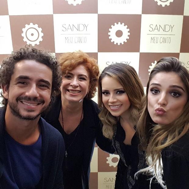 Felipe Andreoli, a mãe, Edy Guimarães, e Rafa Brites tietam Sandy em show em São Paulo (Foto: Reprodução / Instagram)