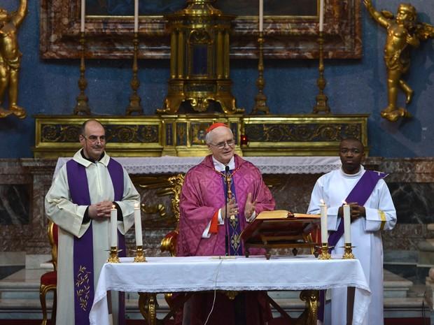 Brasileiro Dom Odilo Scherer (cento) reza missa em Roma neste domingo (10) (Foto: Gabriel Bouys/AFP)