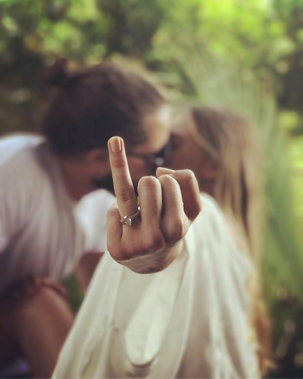 Margot Robbie mostra aliança após casamento secreto na Austrália (Foto: Instagram / Reprodução)
