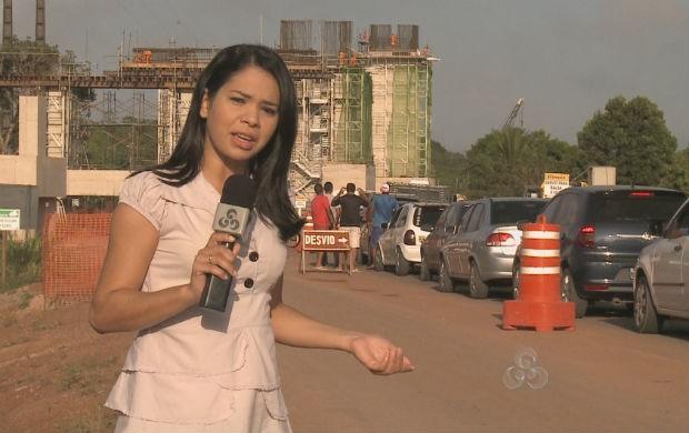 Repórter mostra a fila na espera da travessia para Mazagão (Foto: Reprodução/TV Amapá)