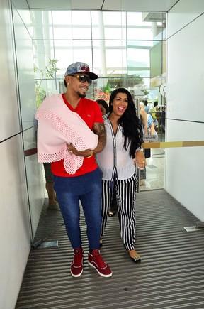 Naldo e moranguinho saindo da maternidade (Foto:  Henrique Oliveira)