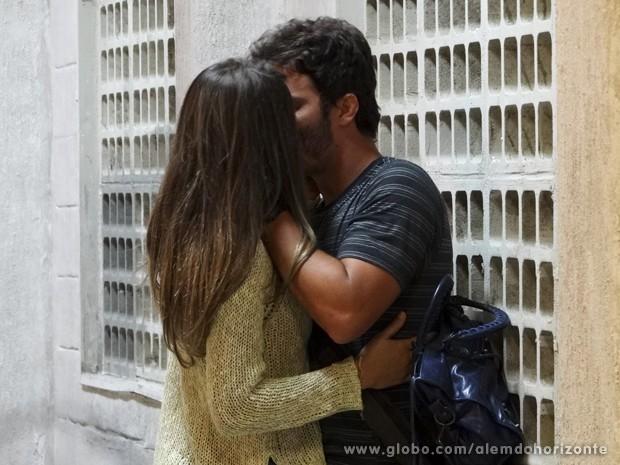 Até que enfim! William entende o que Lili fez por ele e a beija (Foto: Além do Horizonte/TV Globo)