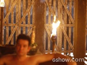 Verônica vê Jonas em ritual (Foto: Inácio Moraes / TV Globo)