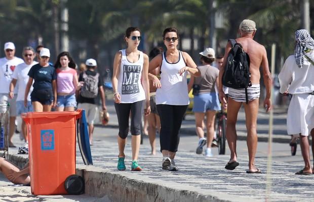 Camilla Belle caminha na orla (Foto: Marcello Sá Barreto e Dilson Silva / AgNews)