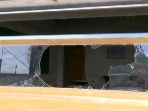 Vidros das janelas estão quebrados, oferecendo risco aos alunos em escola de Campinas (Foto: Reprodução / EPTV)