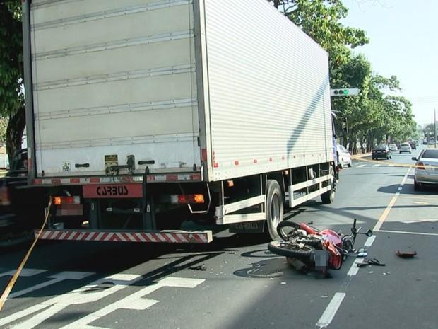 Motociclista bateu na traseira de um caminhão (Foto: Reprodução/ TV TEM)