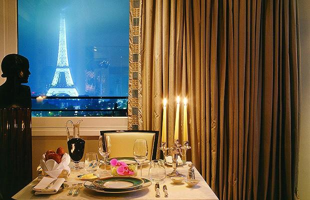 O Plaza Athenee Paris tem a localização perfeita para admiradores da Torre Eiffel. Mas lembre de pedir pelas Eiffel Suites, os limitados quartos com vista. Já pensou um jantar romântico com esta paisagem? (Foto: Divulgação)