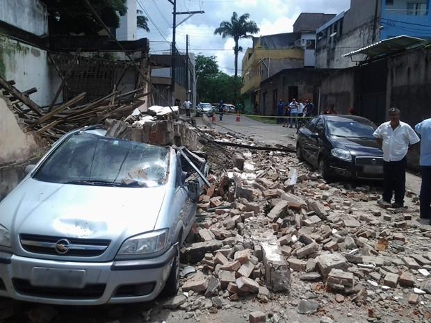 Imóvel desaba e atinge veículos na Bahia (Foto: Davidson Samuel/Blog Pimenta)