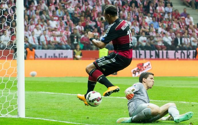 Szczesny e Bellarabi, Polônia x Alemanha (Foto: AFP)