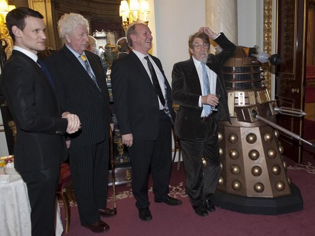 Matt Smith, Tom Baker, Peter Davison e John Hurt posam ao lado de um Dalek no Palácio de Buckingham (Foto: Reuters/Eddie Mulholland)