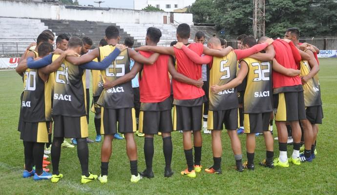 Jogadores conversaram bastante após o último treino, nesta terça-feira (Foto: Social/Divulgação)