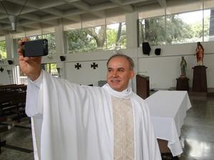 Padre Fernando Lopes tem o costume de fazer 'selfies' depois de fazer casamentos (Foto: Alex Araújo/G1)