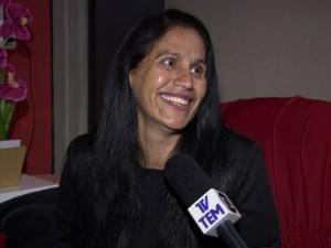 Candidata Léia ri ao falar sobre voto dos pais (Foto: Reprodução/ TV TEM)
