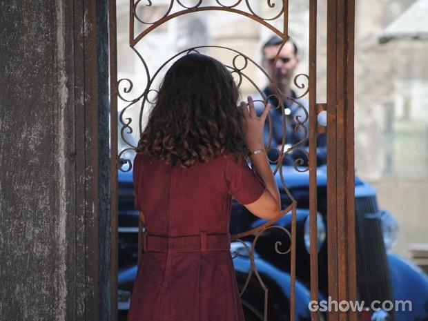 Pérola vai buscar bola e vê Manfred sondando o cortiço (Foto: Joia Rara/TV Globo)