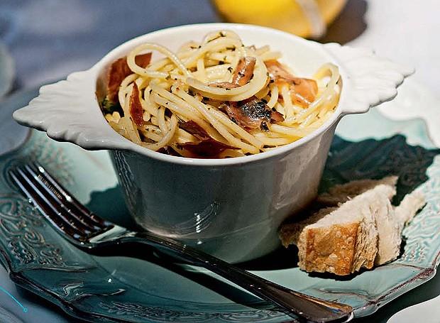 Espaguete com pesto e presunto de parma (Foto: Ricardo Corrêa/Editora Globo)