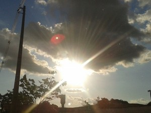 Sol aparece entre nuvens (Foto: Suzi Rocha/G1)