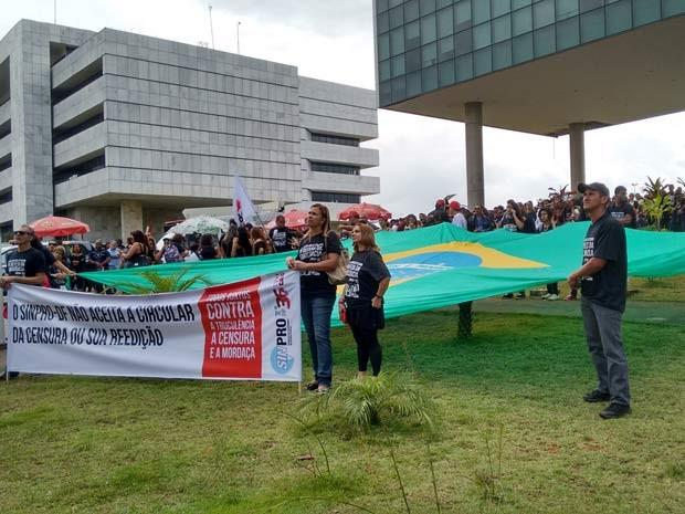 Professores da rede pública estendem bandeira do Brasil durante manifestação em Brasília (Foto: Gabriela Berrogain/G1)