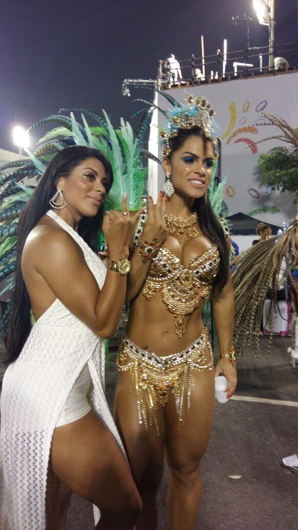 Luana Caetano e Fran Petersen mostram aliança de compromisso (Foto: EGO)